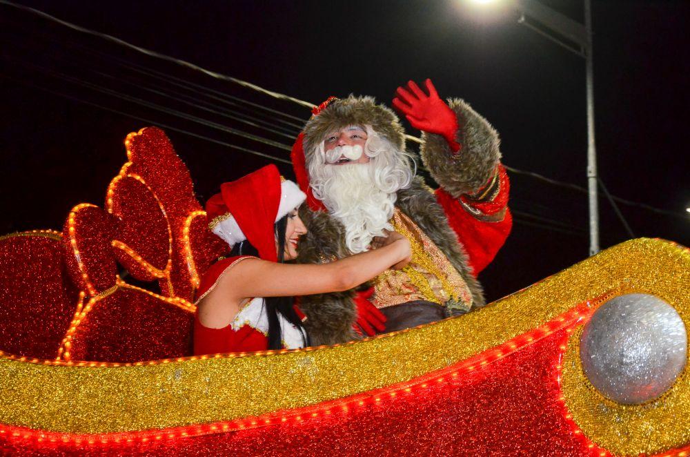 3ª Parada de Natal de Bertioga enche a avenida de luz e magia